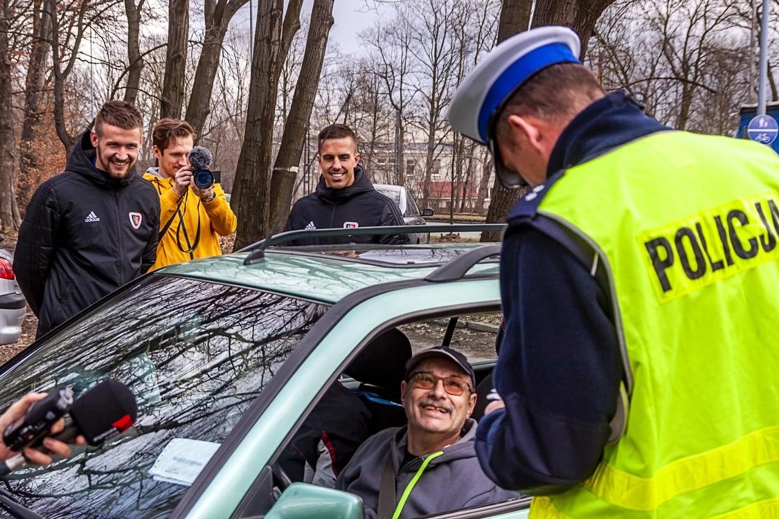 98ce0332be2ab0 Piłkarze i policjanci sprawdzali, czy kierowcy zapięli pasy przejdź do  galerii
